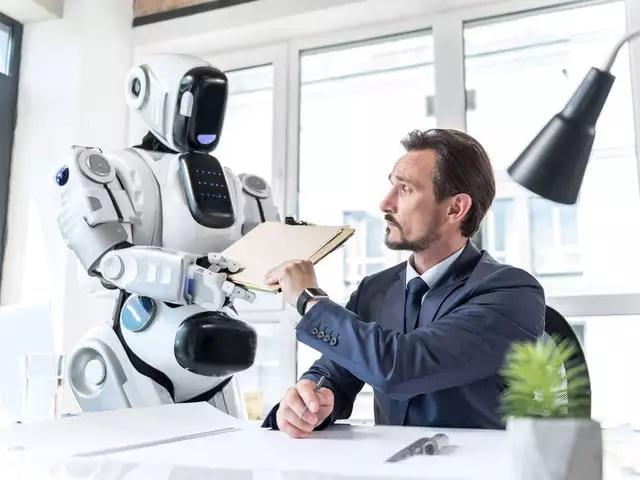 最終一裡的競爭已經進行,寄送智慧型機器人是楚楚動人或是惹人討厭?